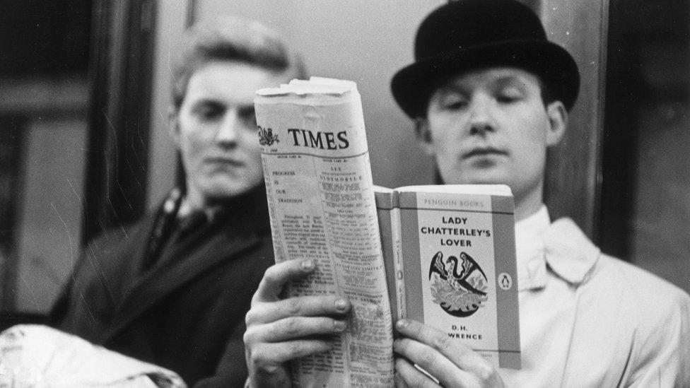 """Hombre leyendo """"El amante de Lady Chatterley"""""""