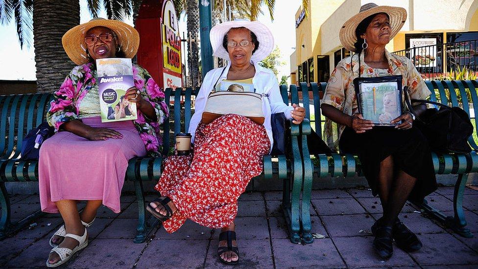 Tres mujeres que pertenecen a los Testigos de Jehová.