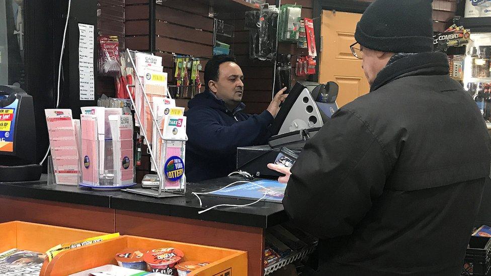 Hombre comprando lotería