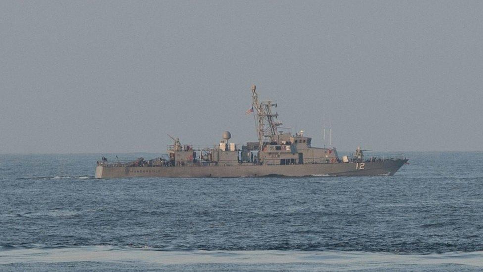 طلقات تحذيرية من سفينة أمريكية على زورق إيراني في الخليج
