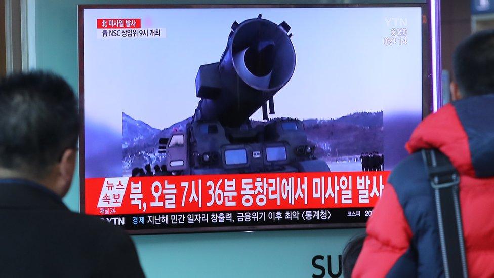 Imágenes de uno de los misiles de Corea del Norte que aparecieron en la televisión surcoreana en marzo pasado.