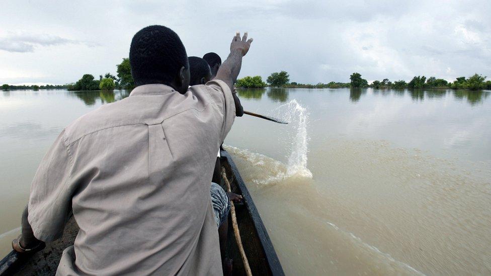 Hombres en Canoas sobre río en Ghana (imagen ilustrativa).