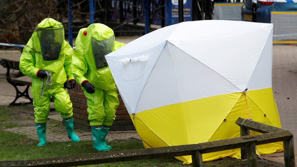 調查斯克里帕爾案的英國政府人員都穿上保護衣服