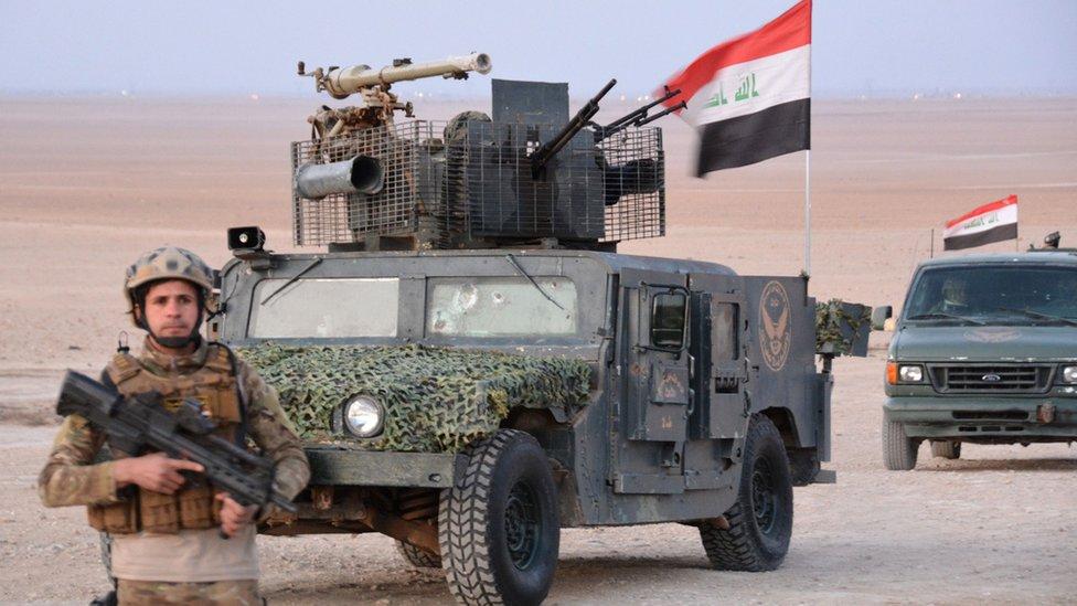 دبابة وجنود عراقيون
