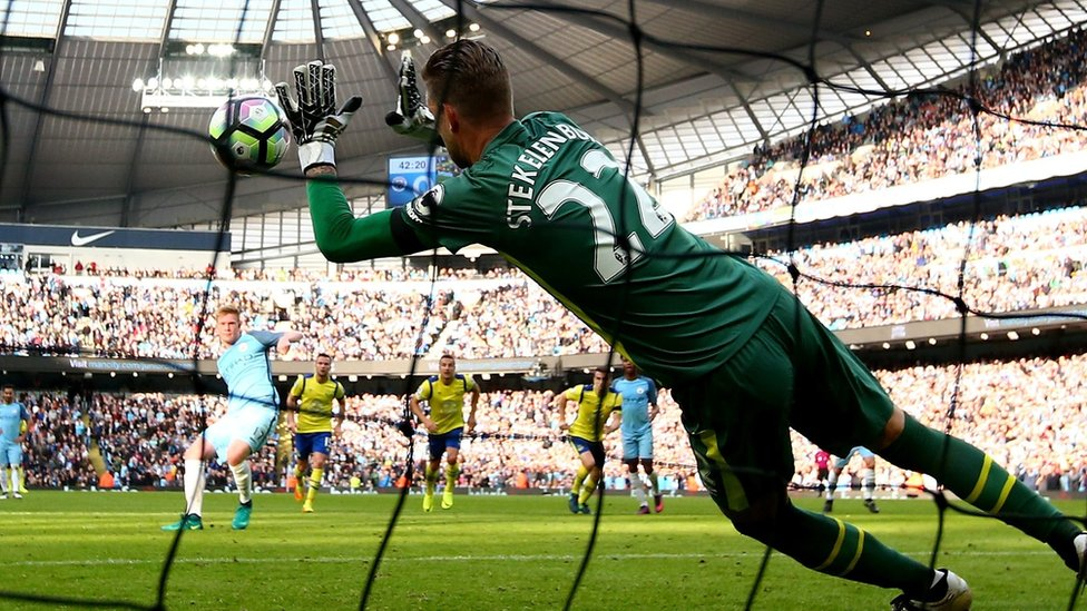 Everton keeper Maarten Stekelenburg saves a penalty Kevin De Bruyne of Manchester City penalty