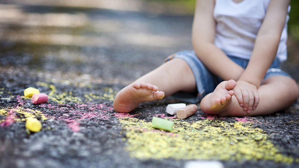 Niño en el piso