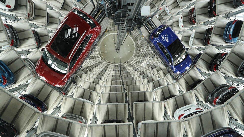 Volkswagen implantó un plan para abordar la crisis: admitió su culpa y redujo costes.