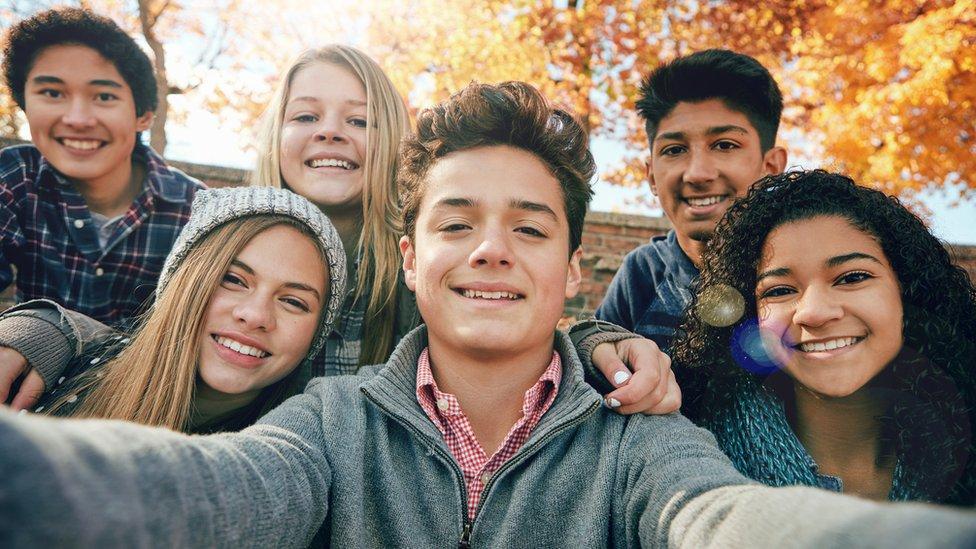Adolescentes posando para un selfie