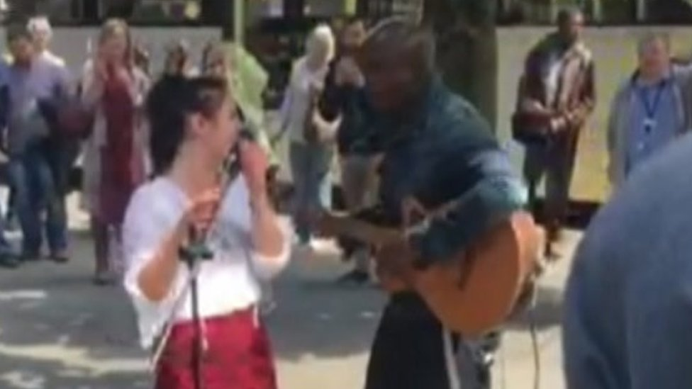 BBC News - Singer Seal surprises shoppers in Manchester by busking