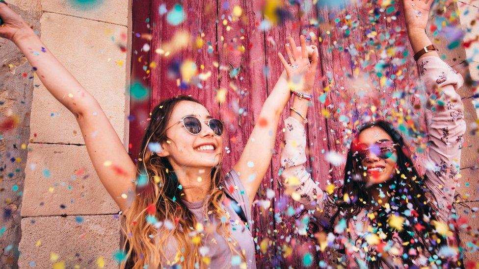 Jóvenes celebrando