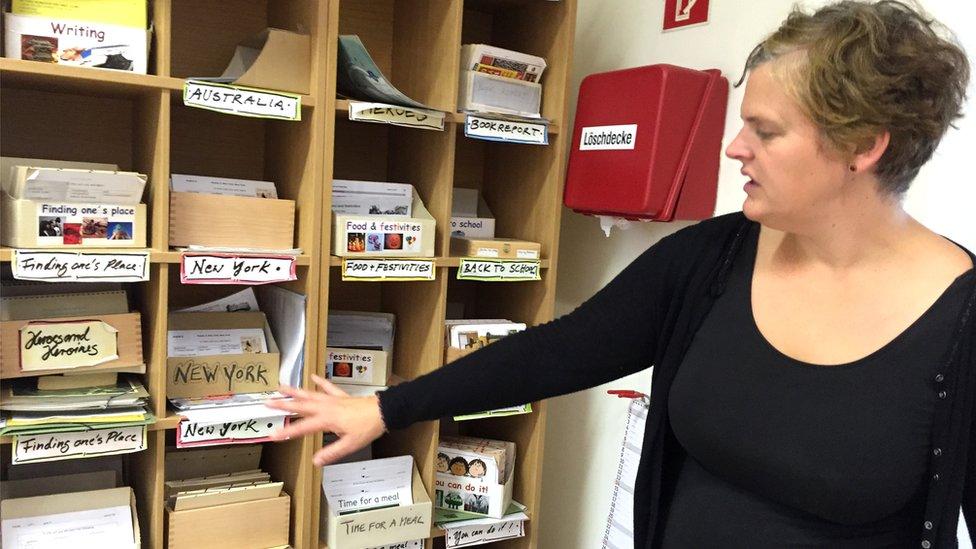 La maestra Jette Ahrens muestra el menú de materiales de estudio que los alumnos pueden elegir en su materia, inglés. También pueden investigar otros.