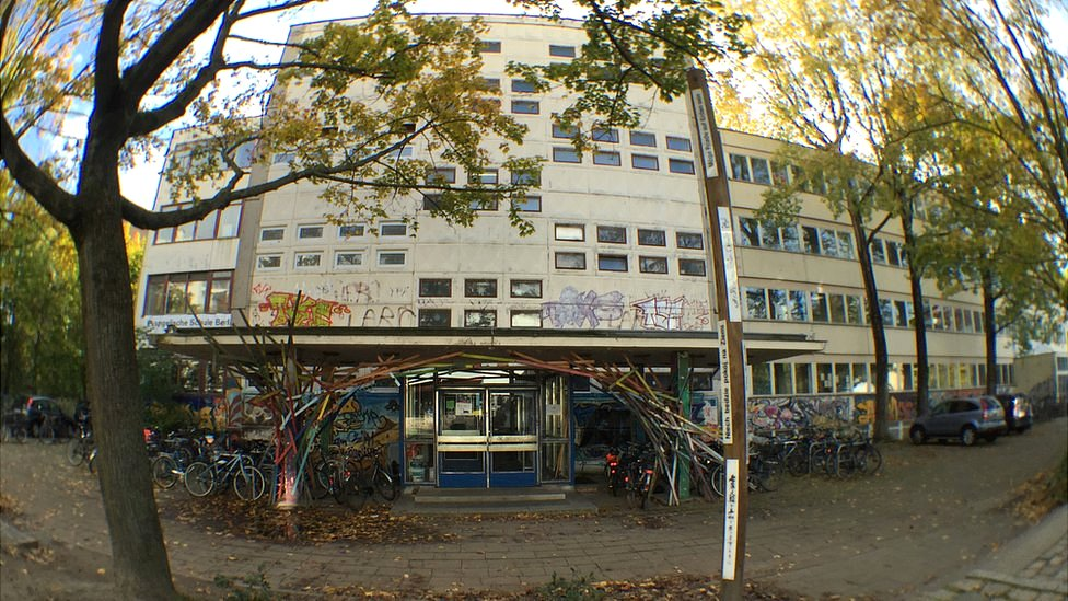 Es un edificio viejo, pero revitalizado por grafitis.