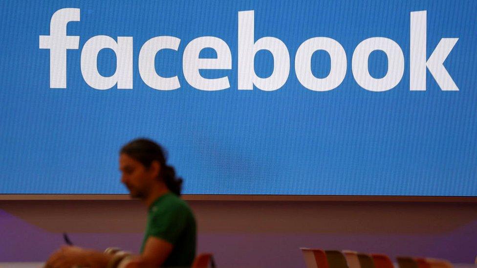 Hombre difuminado sobre logo Facebook.