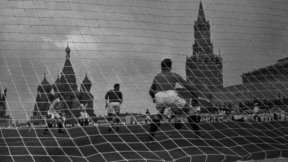 """""""Страх быть недостаточно сильными"""": как зарождался футбол в России"""