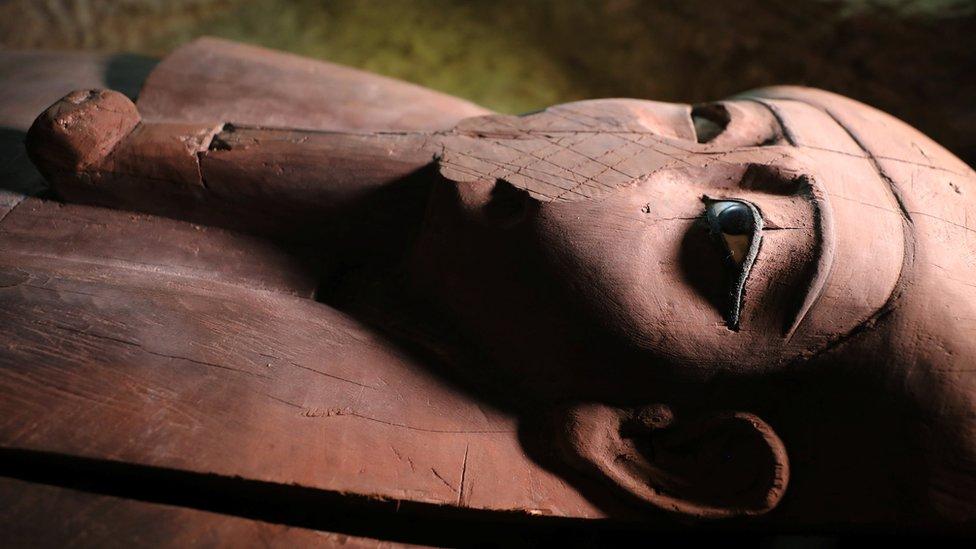 Un ataúd de madera fue encontrado en la necrópolis recientemente descubierta en Menia, Egipto.