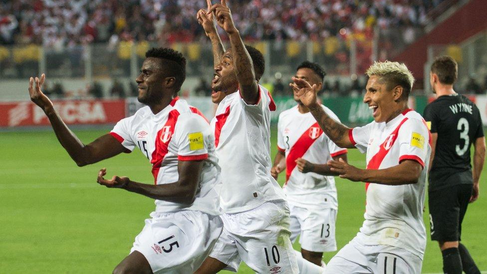 Jugadores peruanos celebran un gol