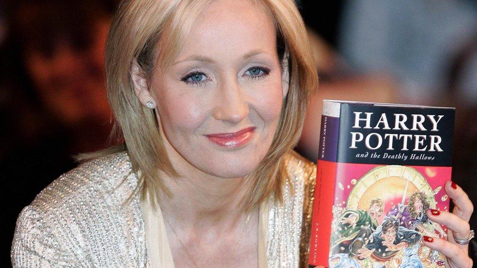 JK Rowling con su libro Harry Potter y las Reliquias de la Muerte
