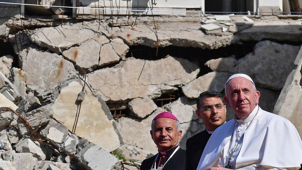 Papa Francesco, Musul'da kiliselerin enkazı arasında dua etti - BBC News Türkçe