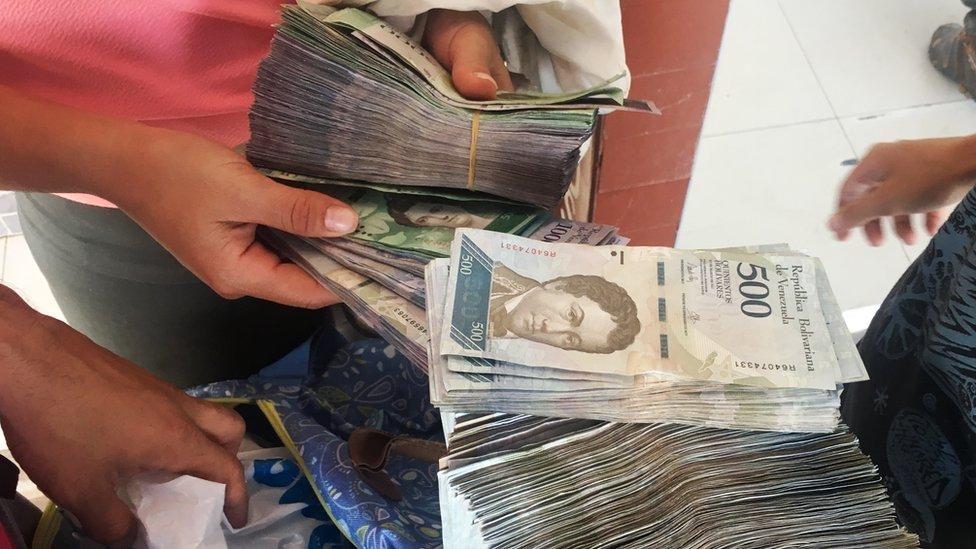 Fajos de dinero. (Foto: Boris Miranda)