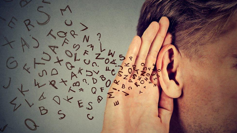 Hombre escuchando