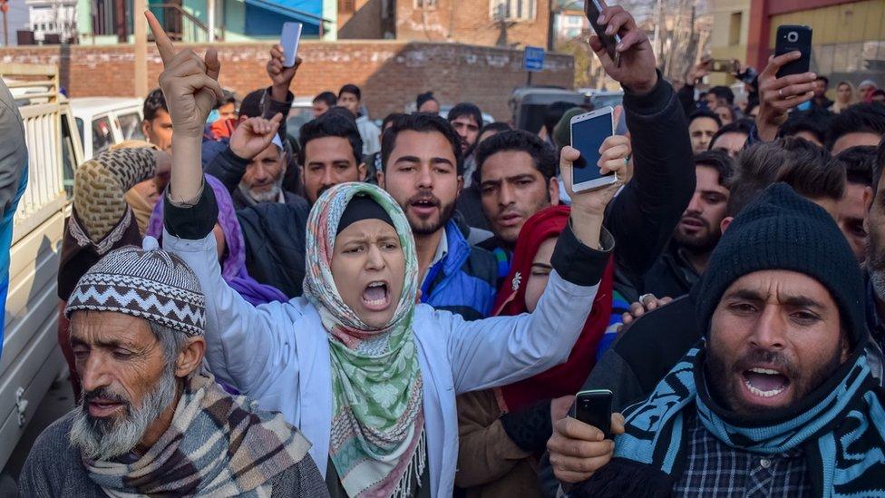پلوامہ میں شہری ہلاکتوں کے خلاف احتجاجی مارچ سے قبل کشمیر میں کرفیو