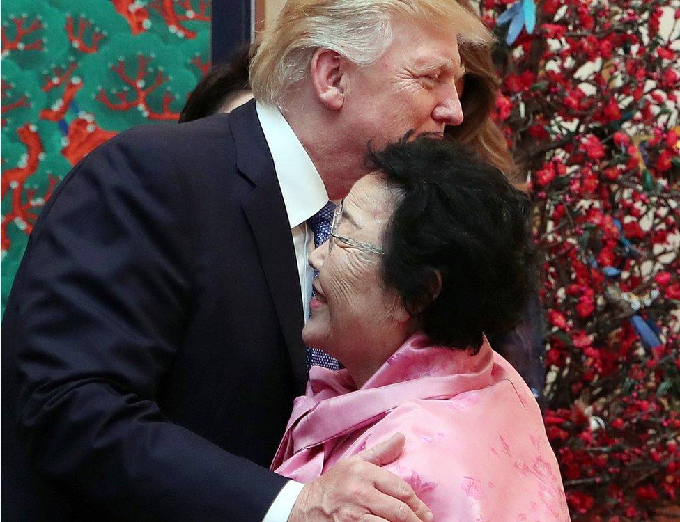 El presidente Trump fue fotografiado dándole un cálido abrazo a Lee Yong-su, surcoreana que fue sometida a la esclavitud sexual durante la Segunda Guerra Mundial por el Ejército japonés.