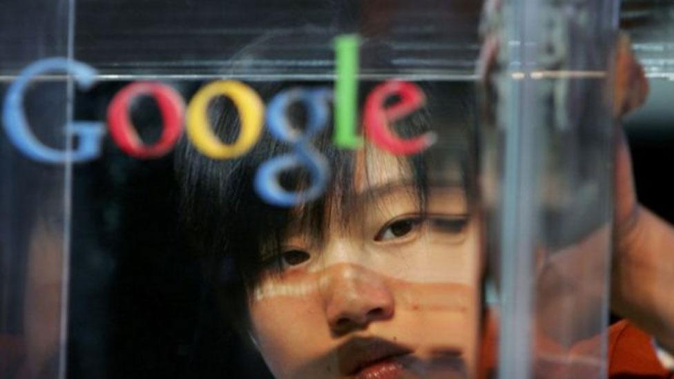 Mujer tras el logo de Google
