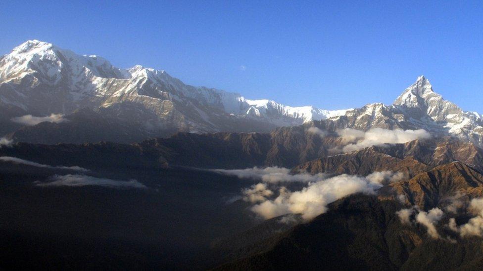 兩人被困在距離加德滿都西北部約100公里的山區。