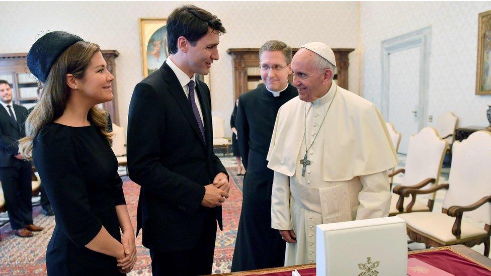 Justin Trudeau (centro) con el papa Francisco (derecha y su esposa Sophie Gregoire-Trudeau.