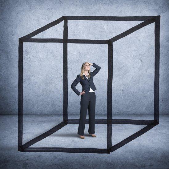 Mujer en una caja.