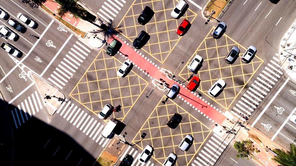 Vista aérea de un cruce con coches.