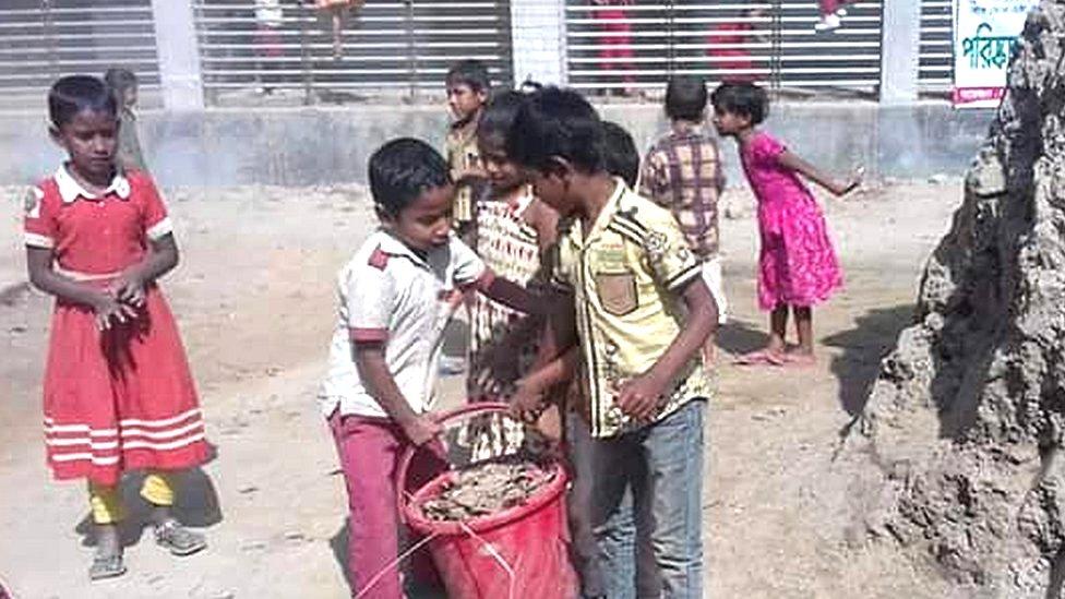 স্কুলে ঝাড়ু হাতে সারাদেশে শিক্ষার্থীদের অভিনব কর্মসূচি