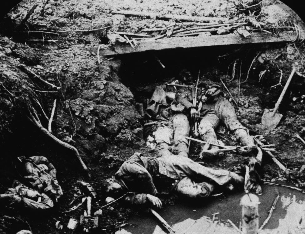 Tres soldados alemanes muertos en una trinchera en Francia
