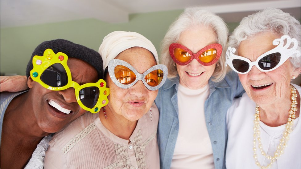 Grupo de mujeres con lentes divertidos