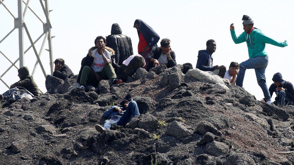 مهاجرون بالقرب من موقع المخيم السابق