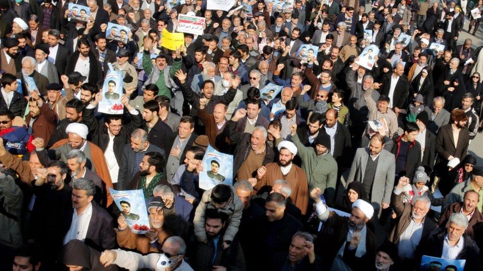 متظاهرن في إيران