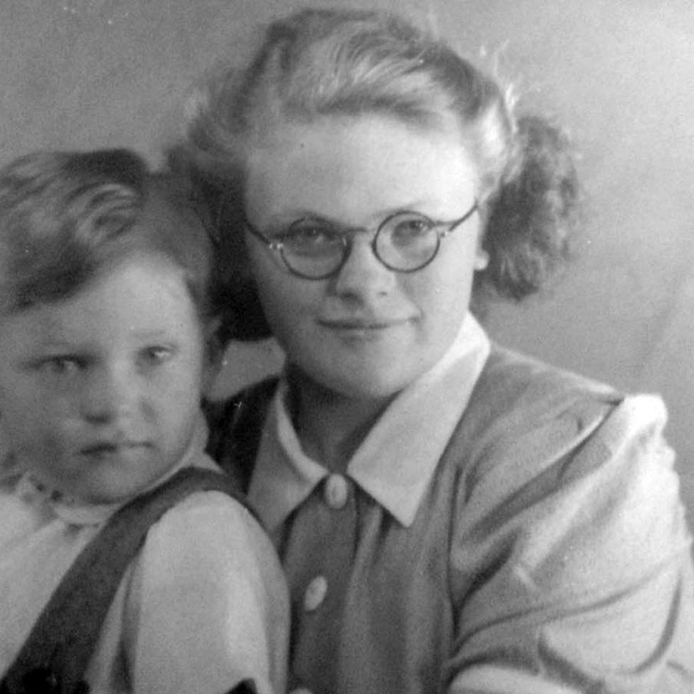 La mamá de Jackie y su tío Barry