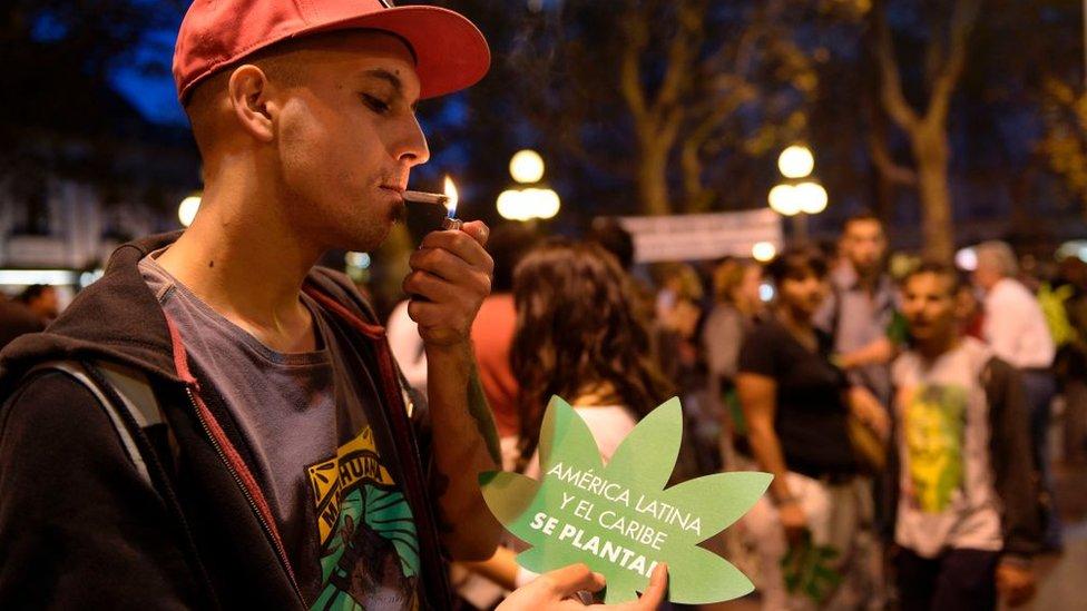 Joven fumando marihuana en Uruguay.