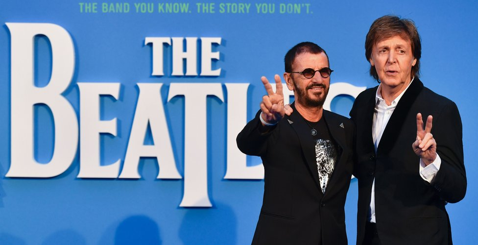 Ringo Starr (izquierda) y Paul McCartney frente al cartel de al emisión especial del documental ´The Beatles Eight Days A Week: The Touring Years´ en Londres el 15 de septiembre de 2016.