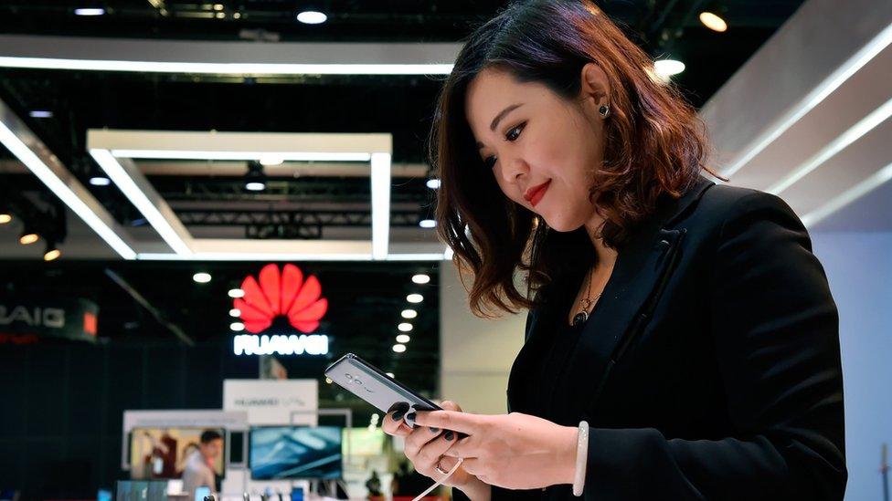Joven en mostrador de Huawei en el congreso de tecnología CES 2018 en Las Vegas