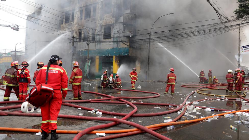 Los bomberos calculan que recién el domingo terminarán de apagar el incendio en el centro comercial.