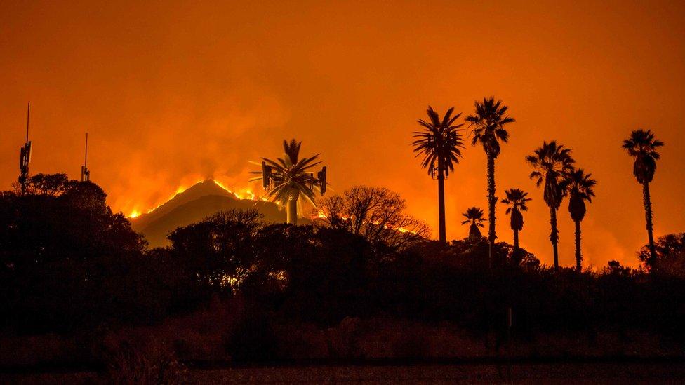 El fuego dejó imágenes verdaderamente impresionantes en Santa Paula y Ventura, al norte de Los Ángeles.