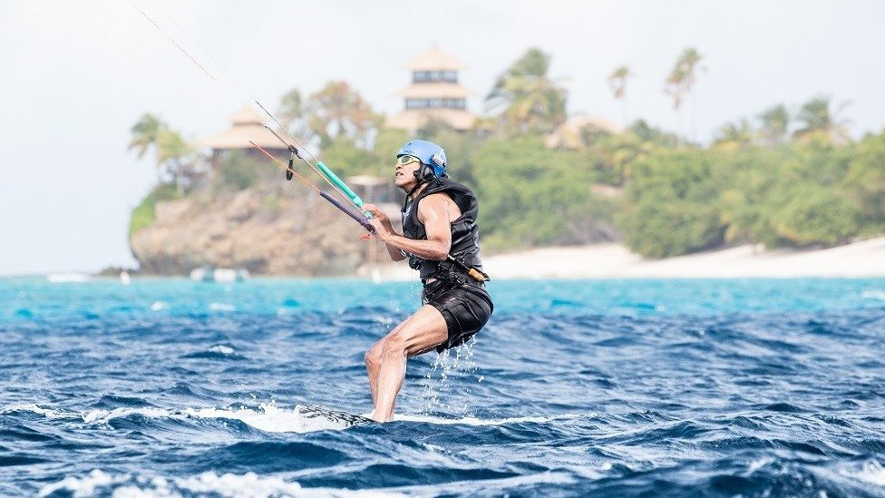 Barack Obama practicando kitesurf