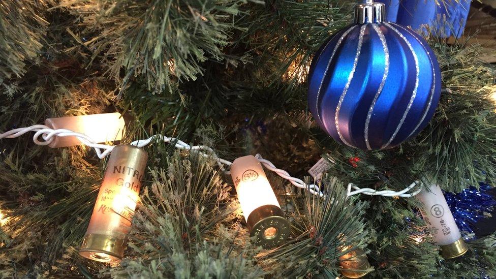 Cartuchos usados pueden convertirse en unas curiosas luces de Navidad.