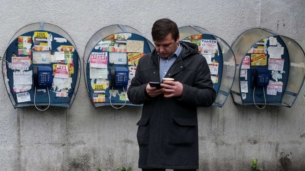 رجل يستخدم الإنترنت