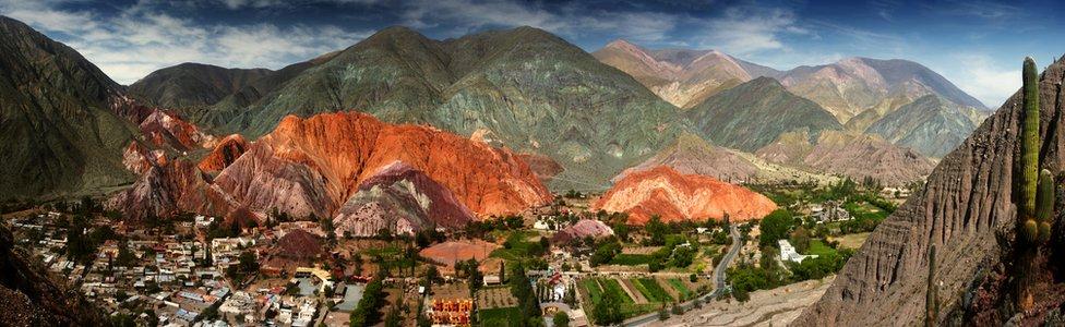 Panoramica de la montaña de siete colores y la Quebrada de Humahuaca en Purmamarca, Argentina.