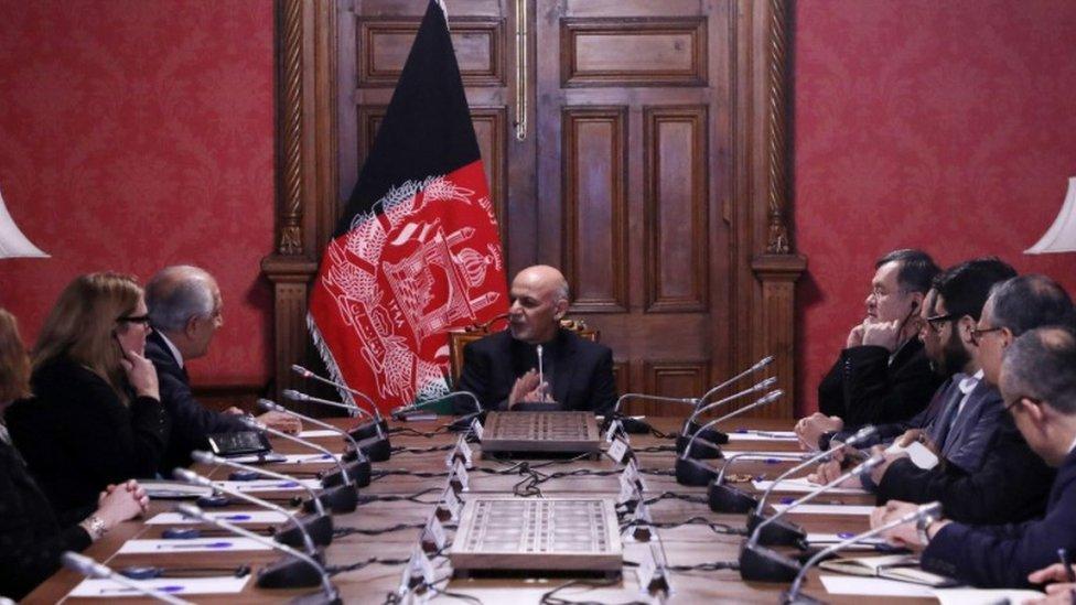 خلیلزاد: له طالبانو سره پر لنډمهالي حکومت خبرې نه دي شوې