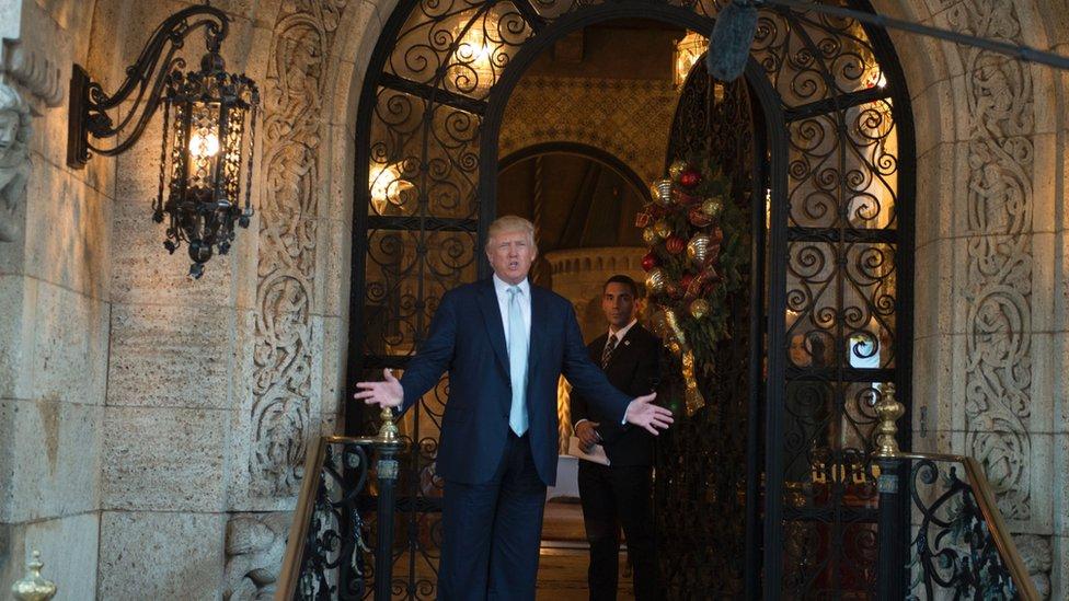 Trump en la puerta de Mar-a-Lago.