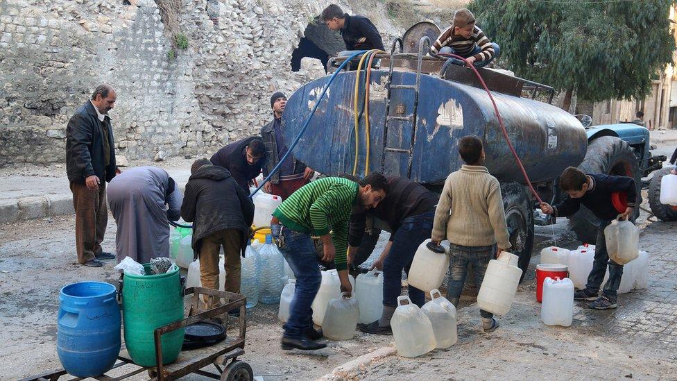 مواطنون يسعون للحصول على مياه في حلب
