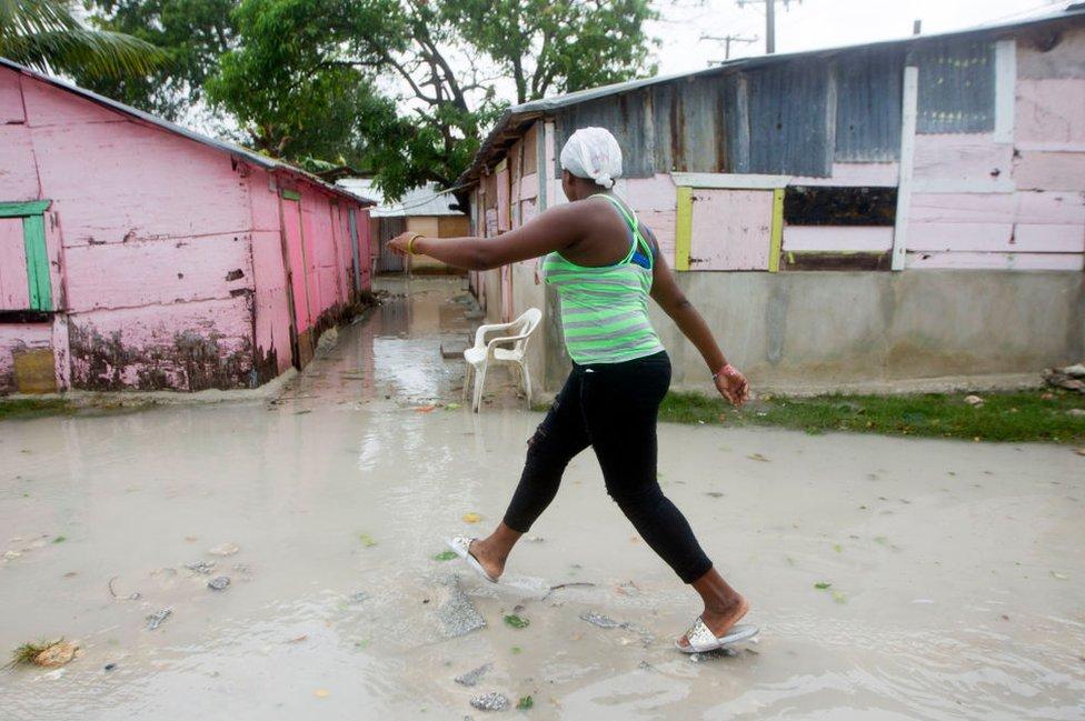 Una mujer camina por la calle en República Dominicana.
